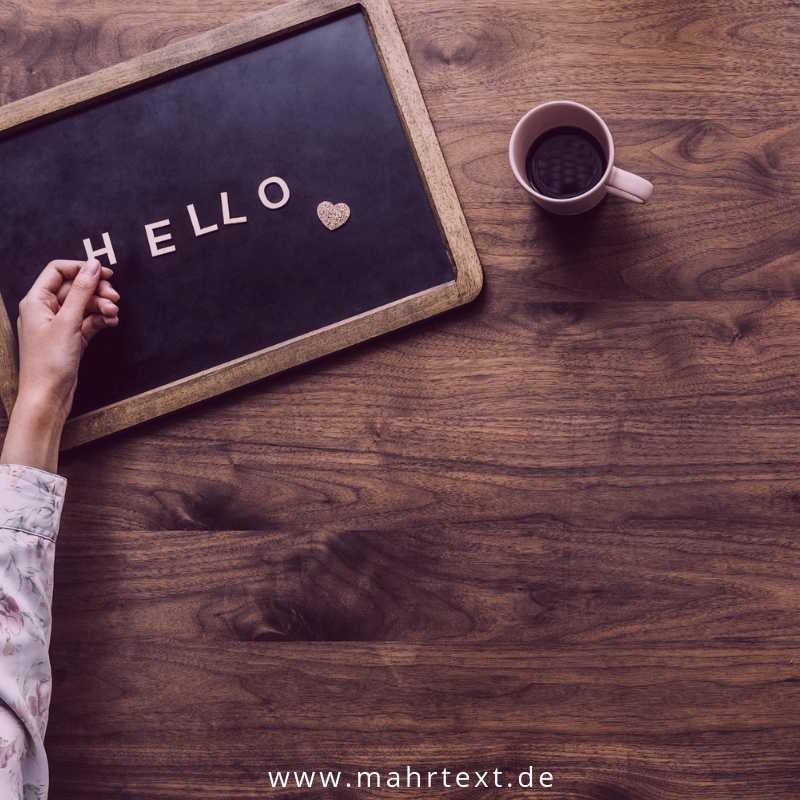Artikel Corporate Language Holztafel mit Hallo als Buchstaben