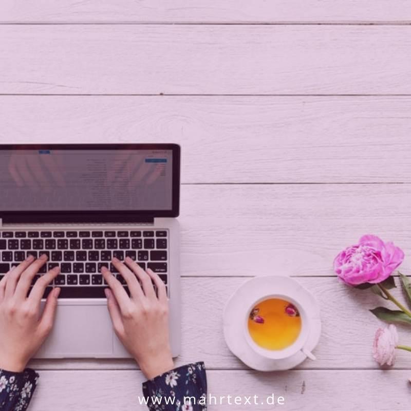 Titelbild Notebook und Blume Website-Aufbau