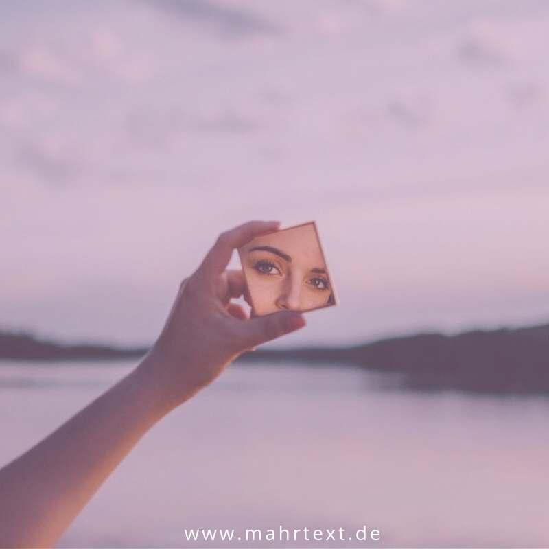 Titelbild Spiegelansicht einer Frau